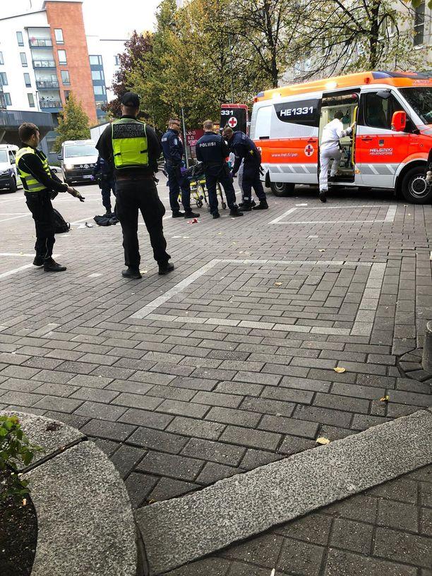 Verta vuotanut mies toimitettiin sairaalaan Helsingin Kannelmäessä maanantaina.