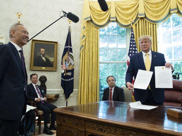 Kiinan puolelta kauppaneuvotteluja johtanut varapääministeri Liu He ja Donald Trump Valkoisessa talossa lokakuussa.
