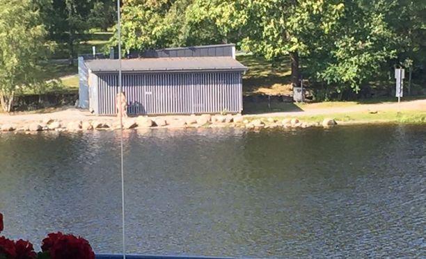 Pari intoutui lemmiskelemään Tampereella hyvin näkyvällä paikalla yleisellä uimarannalla.