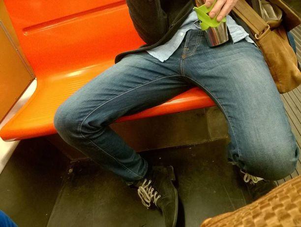Näyte äijähaarassa istumisesta Helsingin metrossa.