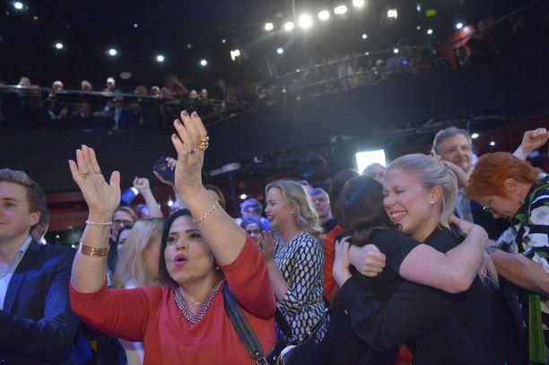 Naiset tuulettavat SDP:n vaalivalvojaisissa sunnuntaina.