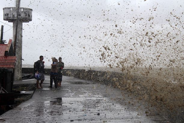 Taifuuni saattaa nostaa meren pintaa useita metrejä.
