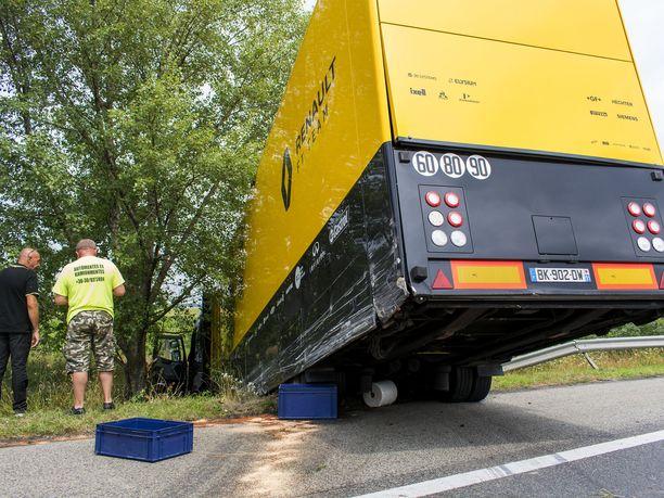 Renaultin rekka törrötti tienreunassa Györin lähellä.