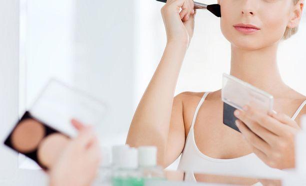 Meikkitaiteilijan mielestä monet suomalaisnaiset käyttävät liikaa meikkiä.