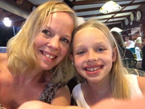 Sanna Sinisalo ja 9-vuotias tytär Laura.