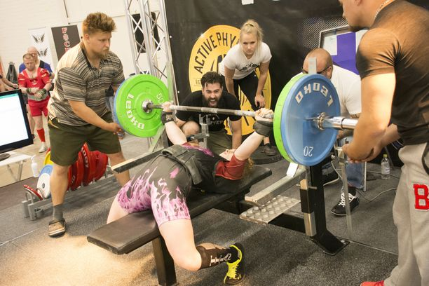 Julia Vins nosti viime viikon lauantaina FPO:n kisoissa Helsingissä penkissä uuden ennätyksensä, 165 kiloa.