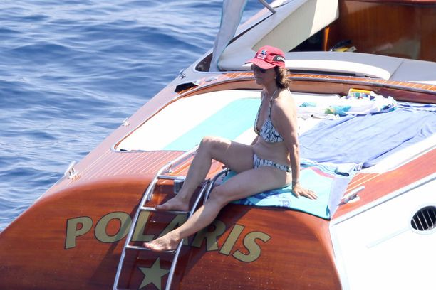 Bikineissä aurinkoa ottava kuningatar Silvia on edelleen hyvässä kunnossa.