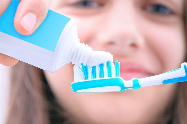 Markkinoilla löytyy nykyään hyvin monenlaisia hammastahnoja. Kaikissa hammastahnoissa ei ole fluoria.