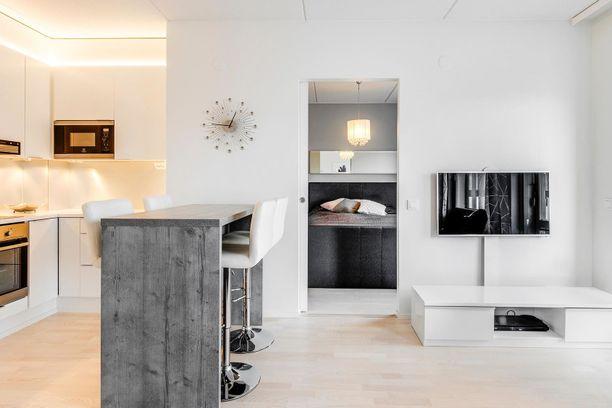 Avarasta olohuonetilasta lähtee ovi makuuhuoneeseen. Vuonna 2016 rakennettu asunto on loistavassa kunnossa.