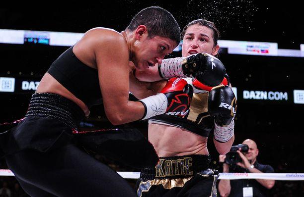 Katie Taylor on kivikova nyrkkeilijä. Vasemmalla Cindy Serrano.
