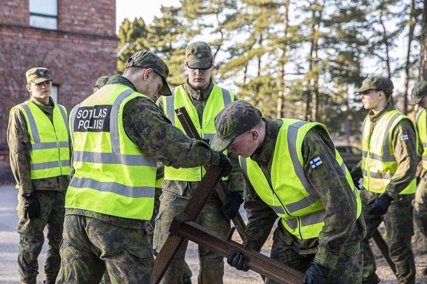 Kaartin jääkärirykmentin sotilaspoliisikomppanian varusmiehet valmistautuivat torstaina lähtemään poliisin tueksi Uudenmaan sulkemisoperaatioon.