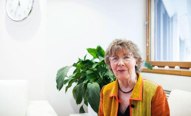 Geriatrian emeriittaprofessori Sirkka-Liisa Kivelä ei paheksu sitä, että muistisairaan puoliso löytää uuden kumppanin, mutta hän toivoo, että esimerkiksi Alzheimerin tautia ymmärrettäisiin paremmin.