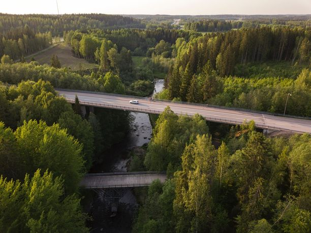 Kesäisen Suomen teillä kelpaa ajella.