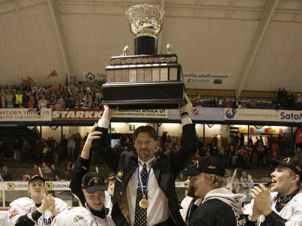 HPK voitti Ässät SM-liigan finaaleissa 2006. Jukka Jalonen pääsi kultatuoliin Kanada-maljan kanssa.
