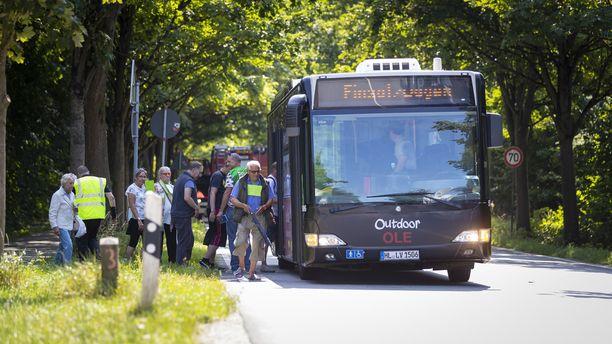 Toinen linja-auto saapui hakemaan bussin kyydissä olleita ihmisiä.