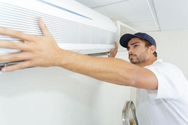Ilmalämpöpumpun asentamiseen vaaditaan sekä kylmäaine- että sähköurakointioikeudet.