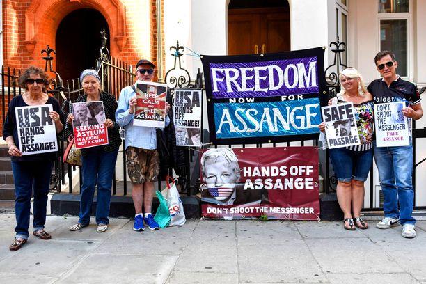 Julian Assangen tukijat vaativat Assangelle vapaata pääsyä pois lähetystöstä.