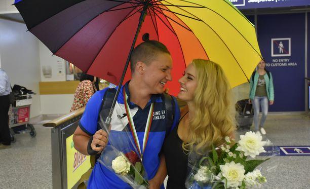 Elina Gustafsson ja Emmi Asikainen olivat yhtä hymyä viime kesäkuussa Helsinki-Vantaan lentoasemalla.
