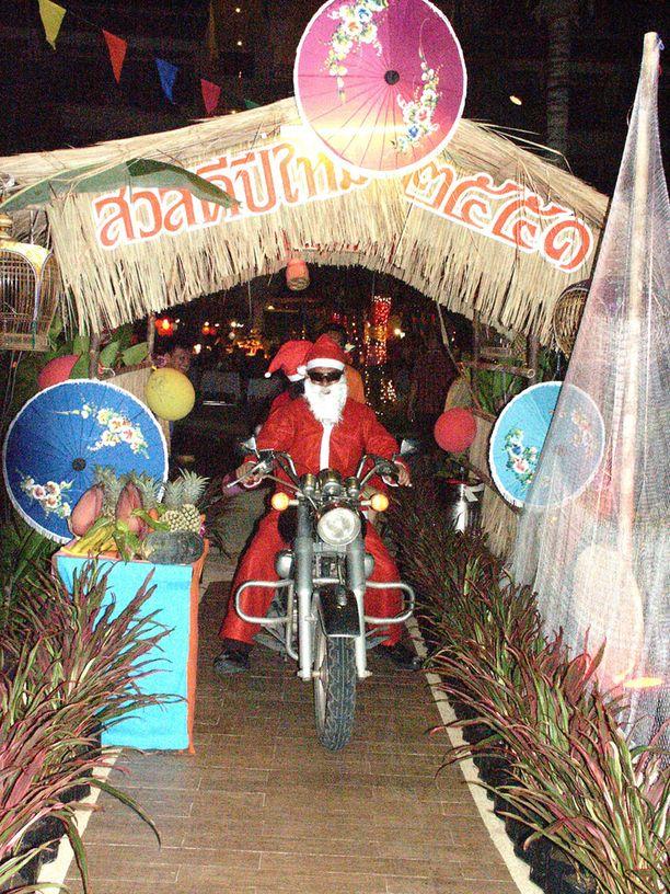 Suomalaista joulua vietettiin Thaimaan Phuketissa, jossa joulupukki tuli mopolla joulujuhlaan.