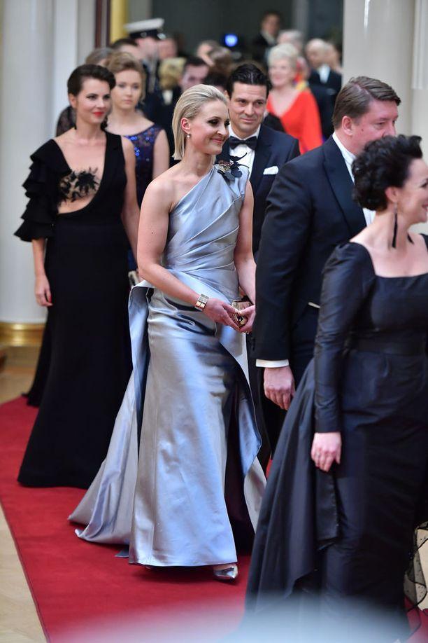 Vanessa Kurri oli tyylikäs Teemu Muurimäen suunnittelemassa puvussa.