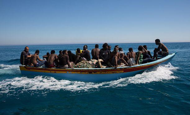 Siirtolaisia pelastusveneessä Libyan edustalla viime vuoden heinäkuussa.