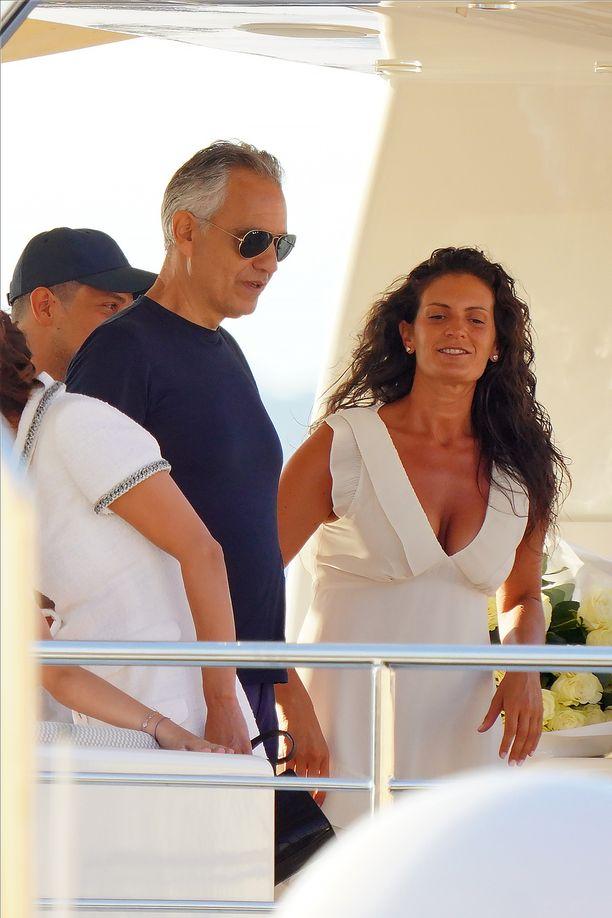 Italialaistähti Andrea Bocelli ja hänen vaimonsa Veronica Berti lomailevat parhaillaan Ranskassa.