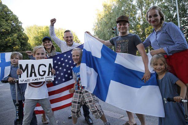 Jussi Korvajärvi (4. vas.) läheisineen ja lapsineen toivottivat Yhdysvaltain presidentin tervetulleeksi Suomeen.