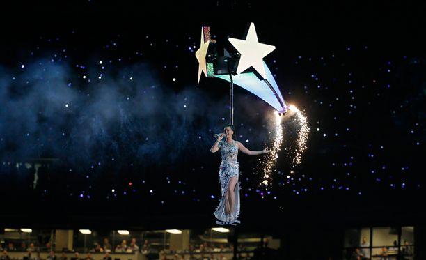 Perry lenteli tähdenlennon mukana ympäri stadionia Firework-kappaleen aikana.
