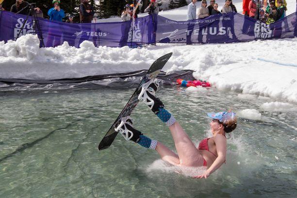 Monet uskaltautuvat hyppäämään lätäkköön kevään viimeisten laskujen päätteeksi.
