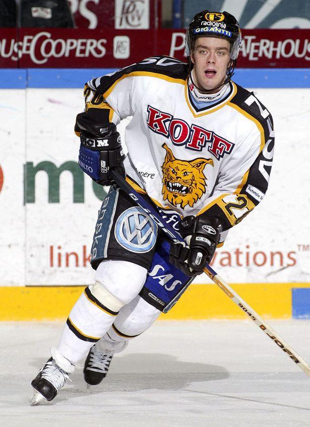 Ville Leino pelasi ensimmäisen liigakautensa Ilveksen paidassa 2002-2003. Kuva vuodelta 2004.