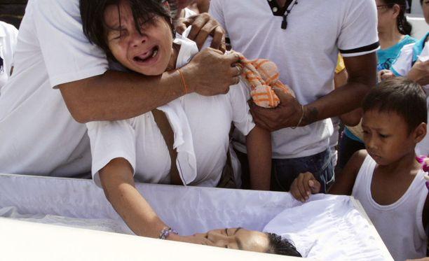 Edna Sabato suree huumesodassa kuollutta poikaansa. Vierellä isättömäksi jäänyt pojanpoika.