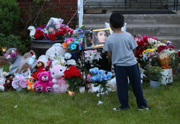 Ochoan perheen asunnon eteen on tuotu kukkia ja leluja.