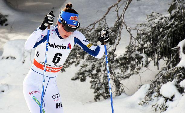Kerttu Niskanen lappoi kuokkatekniikan vapaan hiihtoa Lenzerheiden kisaradan ylämäissä maanantaina.