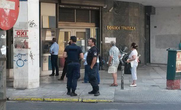 Tiistaiaamuna useiden pankkien edustalla Ateenassa päivysti 1-2 poliisia.