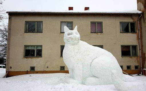 """Upea ilmestys! Turkulaistaiteilija loi lumesta valtavan lumikissan, muusana toimi oma Aake-katti: """"Jonkin sortin läjä siinä varmaan on vielä toukokuussakin"""""""