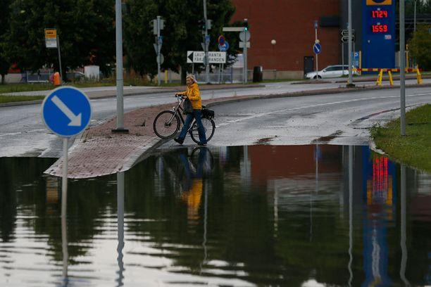 Rajuilman aiheuttamat runsaat sateet saivat kadut tulvímaan Turussa varhain aamulla. Kuva Kakskerrantieltä Hirvensalon saarelta.
