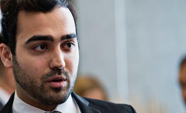 Vihreiden kansanedustaja Ozan Yanar kritisoi SDP:n maahanmuuttopolitiikan linjauksia.