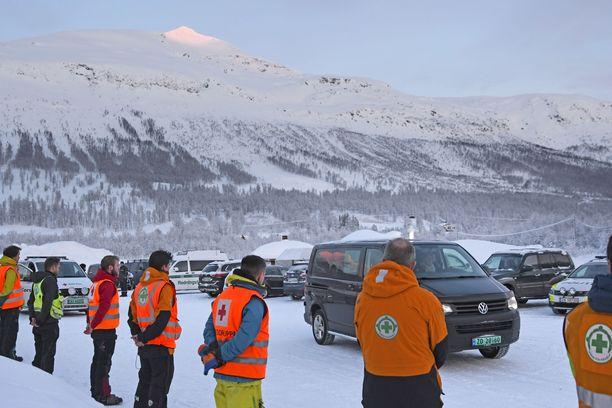 Poliisin ja Punaisen ristin etsijät seurasivat torstaina uhrien kuljetusta Tamokdalenista kohti Tromssaa.