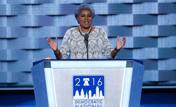 Yhdysvaltain liittovaltion poliisi tutkii demokraattipuolueen henkilökuntaan mahdollisesti kohdistuvaa puhelimien salakuuntelua. Kuvassa demokraattien puoluehallituksen puheenjohtaja Donna Brazile.
