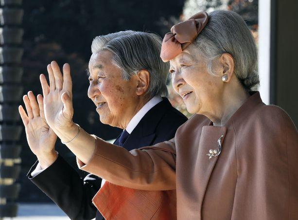 """Japanin keisari Akihito ja keisarinna Michiko. Keisari jää tänään """"eläkkeelle""""."""