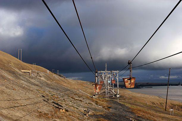 Longyearbyenin hylätyn kaivoksen rakennelmat saavat ruostua rauhassa.