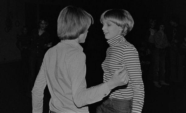 Tyttö ja poika tanssivat diskotanssia koulun juhlasalissa 70-luvulla.