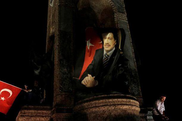 Mielenosoittajat kerääntyivät torstaiyönä Taksimin aukiolle Istanbulissa protestoimaan vallankaappausyritystä vastaan.