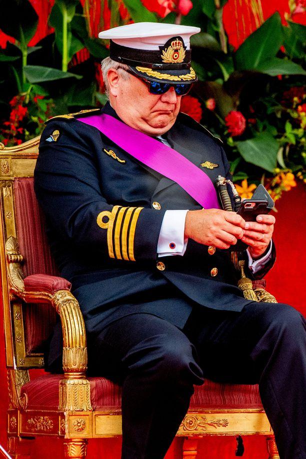 Raikuliprinssi Laurent kuvattuna tylsistyneenä tänä kesänä Belgian kansallispäivän seremonioissa.