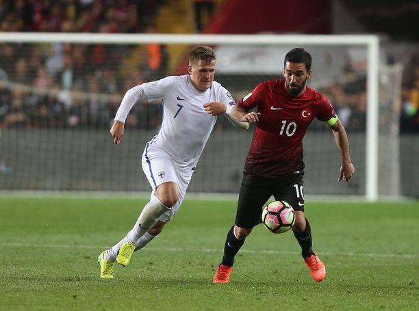 Lod on maajoukkueen vakionimiä. Keskikenttämies taisteli pallosta Arda Turanin kanssa maaliskuun Turkki-ottelussa.
