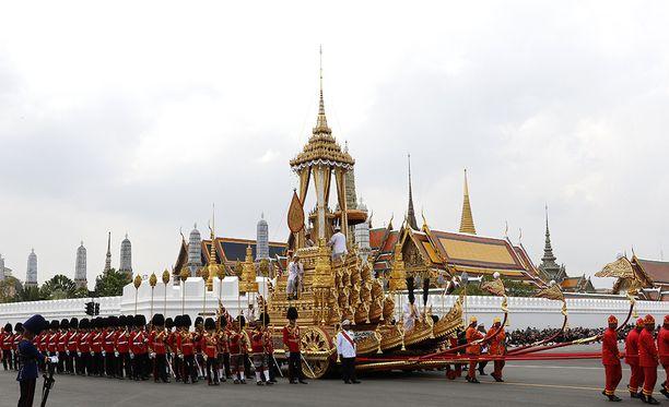 Kuningas oli hyvin pidetty Thaimaassa. Hän toi jatkuvuutta poliittisten myllerrysten piinaamassa maassa.