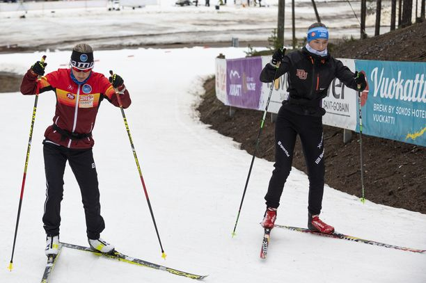 Riitta-Liisa (vas.) ja Ida Roponen hiihtivät perjantaina Vuokatissa.