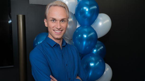Christoffer Strandberg on aiemmin tehnyt juontajan, näyttelijän ja koomikon töitä.