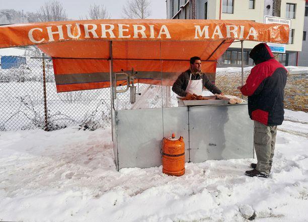Mies myi churroja Lugossa Galiciassa.