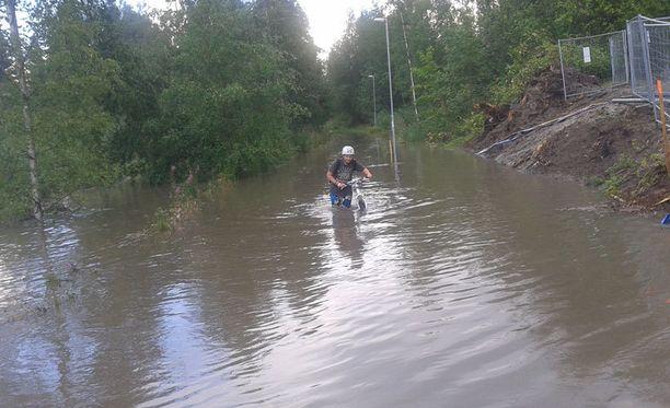 Jyväskylän Halssilassa pyöräily muuttui kahlaukseksi.